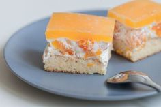 Smotanové rezy s mandarínkami • recept • bonvivani.sk Cornbread, Cheesecake, Good Food, Dairy, Ethnic Recipes, Desserts, Millet Bread, Tailgate Desserts, Deserts