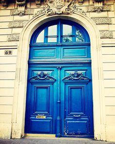 Blue sapphire in Montmartre