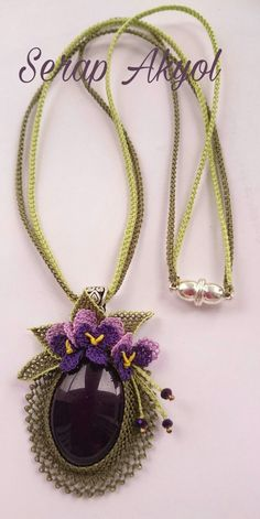#mor#takıtasarım#iğneoyası#kolye#needlelace #necklace#iğneoyasıçiçek#menekşe#Turkishneedlelace#