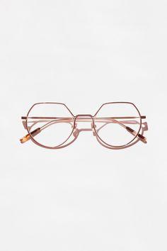 Notre monture néo-futuriste aux vibes 90's. Osez les VIETRI pour twister n'importe quelle tenue basique.Difficile d'avoir l'air plus cool avec. Glasses Style, Products, Futuristic, Glasses, Outfit, Gadget