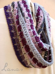 This is beautiful! - MOSAIC INFINITY - free crochet pattern at   http://arteenhilo.blogspot.com/2012/12/mosaic-scarf-pattern.html