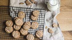 Hledáte dezert, který nezabere příliš mnoho času? Vyzkoušejte jednoduché máslové sušenky se skořicí! Almond, Candy, Cookies, Food, Crack Crackers, Biscuits, Essen, Almond Joy, Meals