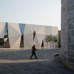 Concrete-clad sports hall by Idis Turato features both faceted and bumpy facades - Croatia Building Front, Building Exterior, Building Facade, Building Design, Concrete Architecture, Contemporary Architecture, Architecture Details, Interior Architecture, Renzo Piano