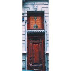 Door decor #brussels #bruxelles #belgium #belgique #ixelles #elsene #brusselsarchitecture #bxl #instabxl #door #porte #stainedglass (at Rue de Livourne)