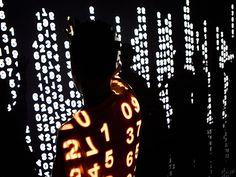 Na obra 'Reflexões#3', da artista Raquel Kogan, números são projetados em sequência. (Foto: Divulgação)