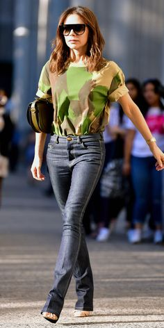 Victoria Beckham wore a camouflage-inspired T-shirt (notice the perfectly rolled sleeves) and tailored jeans from her upcoming Pre-Spring Summer 2019 collection. #victoriabeckham #camouflage #howtowearcamouflage #bestjeans