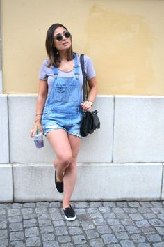 Jeans dungarees shorts outfit #fashion #style #streetstyle #dungarees #summerstyle #outfitoftheday #outfitideas #outfitpost #outfitinspiration #starbucks Overall Shorts, Overalls, Summer Outfits, Sporty, Clothes, Fashion, Outfits, Moda, Clothing