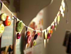 make a banner from kraft paper and colorful buttons http://pattyschaffer.typepad.com/capture_the_details/2010/07/quick-poolside-craft-project-for-busy-moms.html