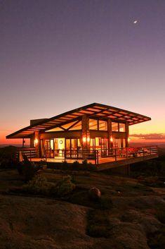 Aqui pode encontrar fotografias de ideias de design de interiores. Se inspire! Mountain Home Exterior, Modern Mountain Home, Country Modern Home, Country House Plans, Prefab Homes, Cabin Homes, Cabin Design, Modern House Design, Rest House