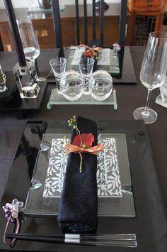 今日はいつもの4人が我が家に集合。やいちゃんとまきさんが誕生日ということで、Birthday Partyをしました^^相変わらずお料理の凄腕軍団なので、私はコ… Japanese Table, Japanese Party, Japanese Dinner, Diner Table, Table Setting Inspiration, Table Manners, Beautiful Table Settings, Tea Bowls, Tea Ceremony