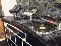 The best DJ setup for beginners to perform like pro's - GlobalDJsGuide Dj Setup, Studio Setup, Home Studio Music, House Music, Dj Dj Dj, Dj Stand, Techno, Dj Table, Dj Decks
