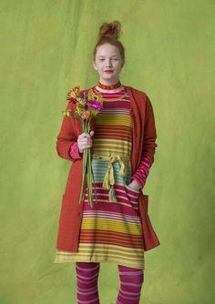Multirandig klänning i ekobomull En riktig vitaminkick är vår multirandiga klänning, stickad i lekfulla ränder i säsongens krispiga färger. Modell med lagom kort ärm och fickor, stickad i mjuk ekologisk bomull. Normal passform. Längd/M: 96 cm
