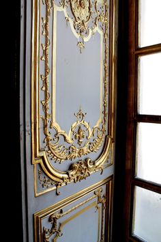 I love this door, the blue and gold and the detail of the Fleur de Lys.