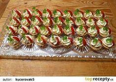 Slané košíčky plněné česnekovou pomazánkou recept - TopRecepty.cz Yummy Appetizers, Appetizer Recipes, Asia Salat, Czech Recipes, Ethnic Recipes, Party Sandwiches, Party Trays, Cupcakes, Snacks