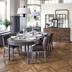 Suspension in the wing - chandelier Oval Dinning Table, 12 Person Dining Table, Country Dining Tables, Table For 12, Dinning Room Tables, Extension Dining Table, Extendable Dining Table, Beautiful Dining Rooms, Table Seating