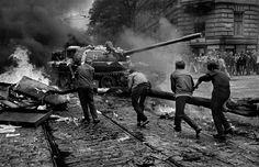 Czech citizens attack a Soviet tank in Prague - August 1968 Marie Curie, War Photography, Street Photography, Prague Spring, Prague Cz, Steve Jobs, Vietnam, Warsaw Pact, Einstein
