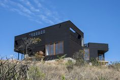 Completed in 2016 in La Ligua, Chile. Images by Alejandro Gálvez . The house is located near Los Molles beach town, in the fifth region of Chile, in a half acre field in a pronounced slope from where you have a main. Small Summer House, Beach Town, Built Environment, Modern Buildings, Black House, House Painting, Home Projects, Tiny House, Building A House