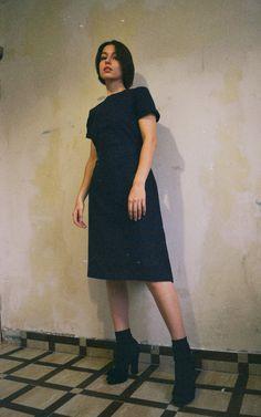 Платье свободного кроя с коротким рукавом. Итальянская шерсть.В комплекте короткий пояс на пуговице. Изготовление по Вашим индивидуальным меркам. При заказе Вы всегда можете выбрать нужную длину изделия,расцветку и наличие/отсутствие подклада. Подробности Viber/WhatsApp +79535140457/Mail 34studio@mail.ru/Etsy