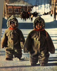 Twin toddlers in some Russian street are so well protected against cold so they look like penguins, 1968 Precious Children, Beautiful Children, Beautiful People, Kids Around The World, People Around The World, Cute Kids, Cute Babies, Cultures Du Monde, Twin Toddlers