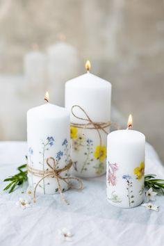 DIY – Kerzen mit getrockneten Blumen gestalten – TRYTRYTRY Diy Candles With Flowers, Diy Flowers, Homemade Candles, Scented Candles, Kids Birthday Cupcakes, Diy Fleur, Fleurs Diy, Light Crafts, Diy Weihnachten