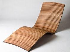 Lounge chair fabricada a partir de la madera de barriles de vino viejos.