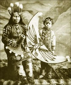 Stene-Tu and son Ravens (Tlingit) in potlatch dancing costume. Native American Tribes, Native American History, Native Indian, Native Art, Alaska, Tlingit, Native Design, Wow Art, American Indian Art