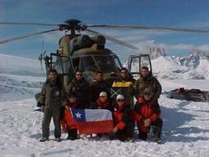 Llegada del Super Puma con los materiales para la construccion del refugio en el Nunatak del cerro Gorra Blanca