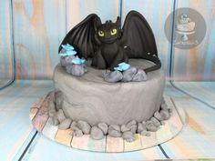 Toothless Cake - cake by Zuckersüß Toothless Party, Toothless Cake, Toothless Dragon, Dragon Birthday Cakes, Dragon Cakes, Camo Wedding Cakes, Cake Topper Tutorial, Dragon Party, Fairy Cakes