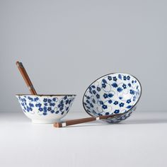 We have some new products on stock, and one of them is this wonderful bowl set 💙 We love the motif of blue flowers which looks so vintage 😍 - Sushi Bowl, Sushi Set, Blue Daisy, Daisy Pattern, Ceramic Materials, Product Offering, Bowl Set, Blue Flowers, Decorative Bowls