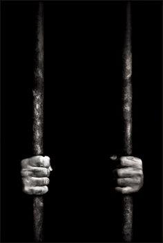 ARGUMENTO (1): El cuento empeza con Indalecio en el carcel.