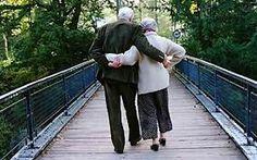 其实人真的很容易幸福,只要做到两件事,一坚持选我所爱,二坚持爱我所选。It's easy to have bliss. Just do two things. Insist on who you choose to love, love who you have chosen.