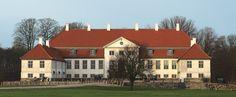 Hverringe Gods, Fyn - Hverringe er en gammel sædegård, som nævnes første gang i 1350. Gården ligger i Viby Sogn, Bjerge Herred, Kerteminde Kommune. Hovedbygningen er opført i 1790.