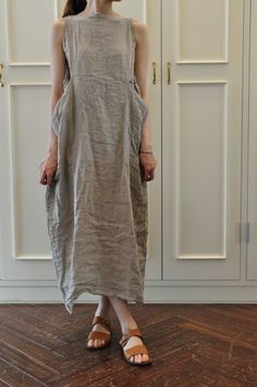 i made a couple of dresses similar to this style. the pattern was in an ancient 'threads' magazine. i will be making more this summer. i love this trunk rumpled linen look. so comfy.