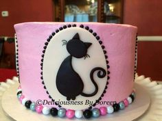 Pretty pink cake with a black cat, love it. Easy for beginners!!