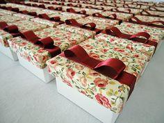 Para um mini wedding, caixinhas floridas de bem-casados!
