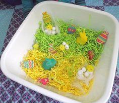 Bac sensoriel Pâques - Fée au Marais: Dimanche, c'est le Printemps...ensuite ce sera Pâques ! Bac de découverte, d'exploration.