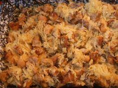 Alföldi toroskáposzta 1.  2 kg savanyú káposzta, 2 kg császárvég, vagy más zsíros hús, 2 kg sertésfarok, 4-5 nagyobb fej hagyma, őrölt bors, paprika, só.   Egy fazékban lerakok egy sor savanyú káposztát, erre egy sor karikára vágott hagymát, majd a kockákra vágott húst, megszórom paprikával, borssal, sóval. A rétegezést addig végzem, míg a hozzávalók tartanak. A tetejére káposzta kerüljön. Vizet nem öntök alá, hiszen a sózott hús levet enged. Közben nem kevergetem, csak rázogatom.