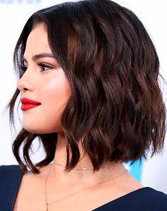 Pretty Selena Gomez Wavy Bob Hairstyles for Women to Try This Year Hübsche Selena Gomez gewellte Bob-Frisuren, damit Frauen dieses Jahr versuchen Medium Hair Styles, Curly Hair Styles, Bobs For Thin Hair, Wavy Bobs, Short Hair Cuts For Round Faces, Thick Hair, Wavy Bob Hairstyles, Prom Hairstyles, Celebrity Short Hairstyles