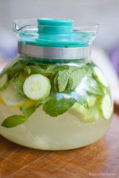 in 2 liter water   1 medium komkommer,geschild en in dunne sneden ,  1 citroen ,dun gesneden,  1 theelepel vers geraspte gember ,  10 munt blaadjes : laat enkele uren of een nacht in de koelkast  staan