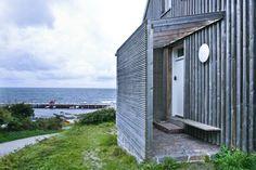 DK-Insel-Bornholm. Das Toldhuset – ein ehemaliges Zollamt von 1892 – thront auf einer Anhöhe über dem Hammerhavn auf Bornholm. Durch die erhöhte Lage des Hauses bieten sich von fast allen Räumen fantastische Ausblicke auf das Wasser. ...