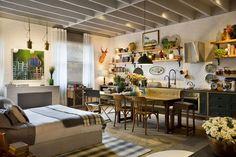As prateleiras são uma boa opção para abrigar pratos, copos e outros utensílios de cozinha. Além, claro, de enfeites e decoração como neste loft