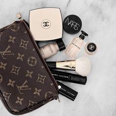 Guide cadeaux: Dyson Sèche-cheveux et Flaneur Sheets Charlotte Tilbury, Huda Beauty, Beauty Makeup, Sephora, Mini Pochette, Makeup At Home, Cosmetic Items, Makeup Storage, Makeup Organization