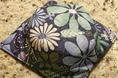 Microwave Bowl Potholder - easy to understand directions. Microwave Bowl Holders, Microwave Bowls, Sewing Hacks, Sewing Tutorials, Sewing Patterns, Sewing Tips, Quilting Patterns, Craft Patterns, Sewing Ideas
