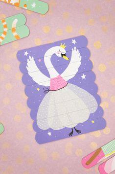 Hravé puzzle je hračka, ktorá je praktická na cesty, keďže vďaka jej skladným rozmerom si ju ľahko môžete rozložiť aj v aute či pri stole v reštaurácii. Puzzle vo forme podlhovastách tyčiniek je okrem toho veľmi milé - zvieracie baletky si zamilujú všetky dievčatá. Súprava obsahuje 6 rôznych motívov, takže zabaví na dlhší čas. Princess Peach, Puzzle, Fictional Characters, Riddles, Fantasy Characters, Puzzles, Jigsaw Puzzles