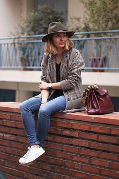 via modeandthecity - ce sac Hermés, ce blazer a carreaux avec des baskets blanches : casual ++