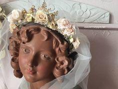 Couronne de Noël avec roses de papier. Roses faits mains.Ancienne statue, brocante statue, couronne. Couronne Shabby Chic, Vanities, Boudoir, Roses, Crown, Statue, Bride, Pretty, Vintage