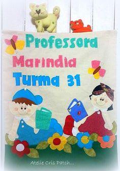 Painel para porta medindo 40x60 com fundo em algodão cru nos temas e cores de sua preferencia <br>para você professor (a) receber seus alunos com o carinho que eles merecem.