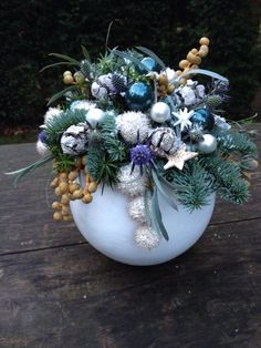 Wall - Her Crochet Christmas Candle Decorations, Christmas Flower Arrangements, Christmas Gift Baskets, Holiday Centerpieces, Christmas Flowers, Handmade Decorations, Simple Christmas, Christmas Wreaths, Christmas Crafts