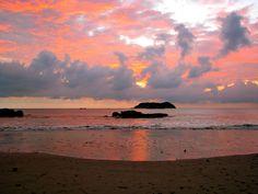 Romantische Abendstimmung mit kleinen, vorgelagerten Inseln an der Nationalpark-Küste von Manuel Antonio.