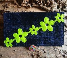 Diese süße Tabaktasche für Drehtabak ist handgefertigt aus schwarz-blauem Ausbrennsamt-Stoff und mit einer knallgrünen Blumengirlande aufwändig verziert. Sie verfügt über einen bemalten Holzknopf zum Schließen und über eine Innentasche zur Aufbewahrung von Papers/Drehpapierchen. Unikat! Flower Garlands, Green Flowers, Bag Making, Black Cotton, Cotton Fabric, Velvet, Etsy, Bags, Paper